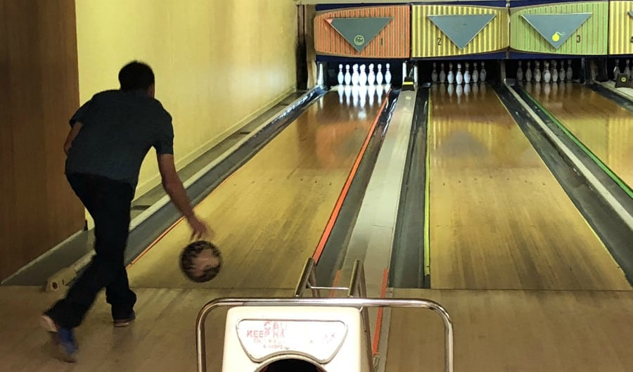 Best things to do in Lincoln City Oregon Coast, family friendly Oregon Coast, Bowling on the Oregon Coast, Lincoln City Must-Do. Olde Line Lanes and Kitchen Bowling Alley Review.